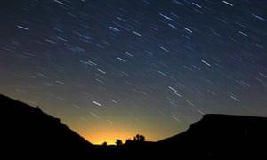 Meteors light up the nigh 008